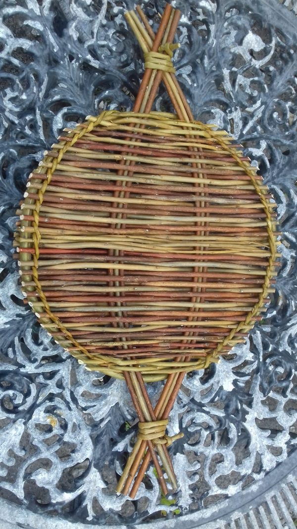 Round woven trivet or tray